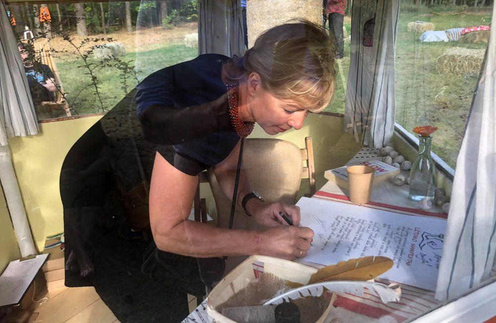 Alma pasirašo Lėtumo manifestą
