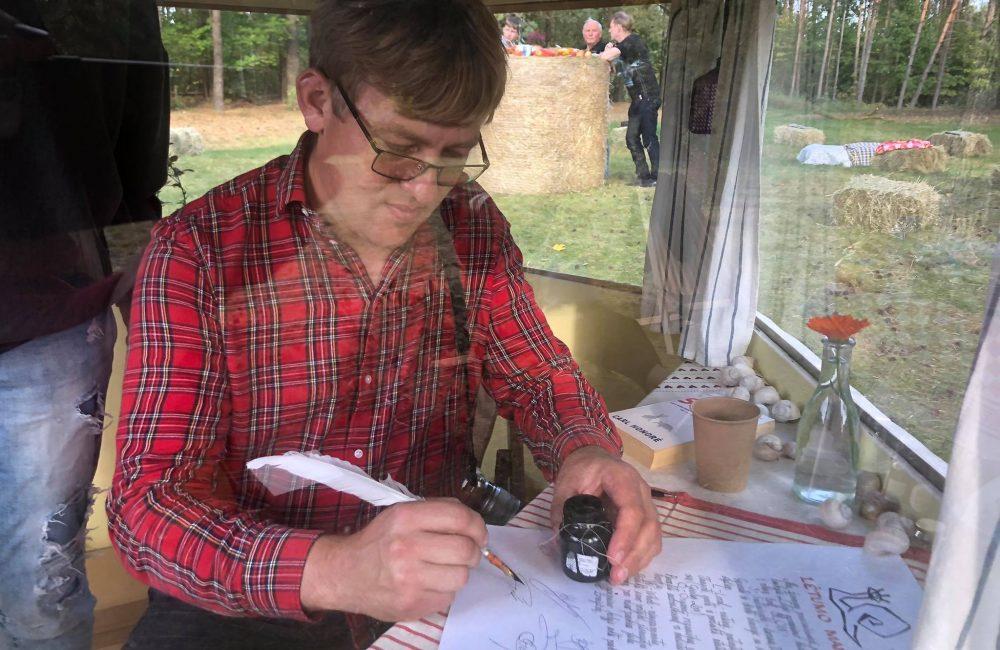 Vaidotas pasirašo Lėtumo manifestą
