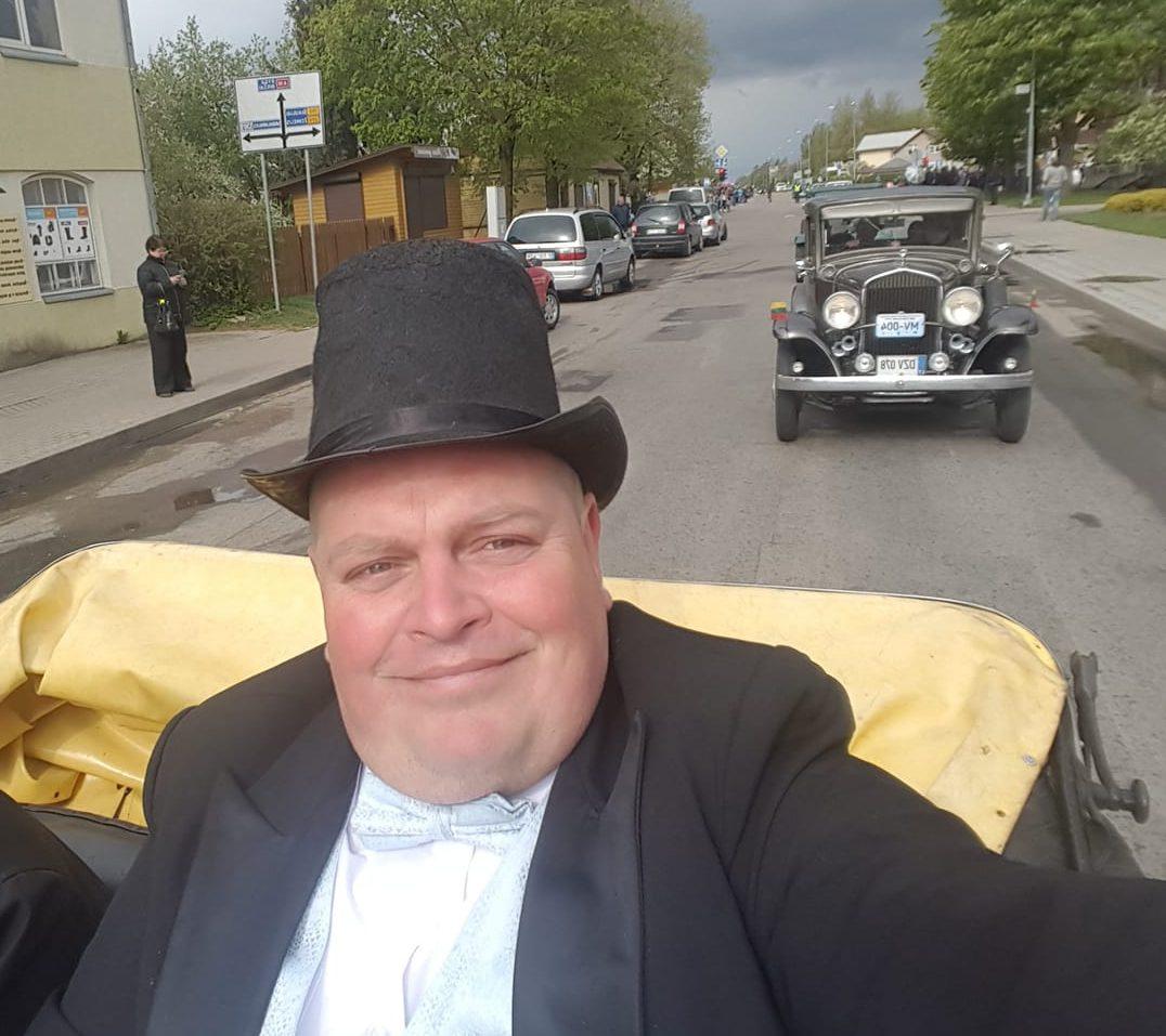Viktoras automobilyje