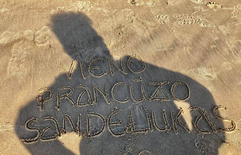 Sandėliuko žinutė smėlyje